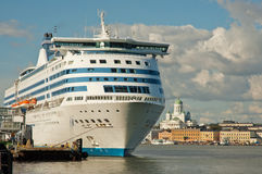 Bateau de croisière au port de Helsinki Photographie stock