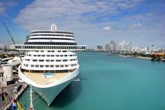 Bateau de croisière au port de Miami avec le ciel clair bleu Photographie stock libre de droits
