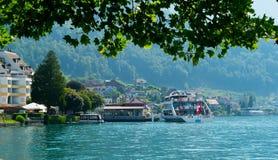 Bateau de croisière avec des touristes dans la ville de Weggis, Suisse Image libre de droits