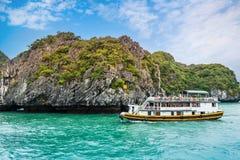 Bateau de croisière avec le touriste dans la baie de Halong, Vietnam photographie stock libre de droits