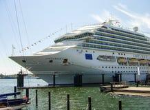 Bateau de croisière Costa Magica de Costa Cruises a amarré sur le terminal Ostseekai de croisière à Kiel images libres de droits