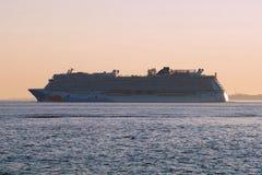 Bateau de croisière détaché norvégien quittant New York au coucher du soleil Image libre de droits