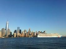 Bateau de croisière détaché norvégien sur Hudson River Leaving Manhattan Photographie stock libre de droits