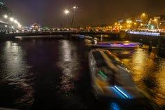 Bateau de croisière dans des canaux de nuit d'Amsterdam Photos stock