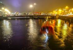 Bateau de croisière dans des canaux de nuit d'Amsterdam Photos libres de droits