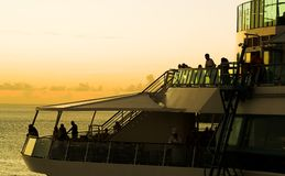 Bateau de croisière dans le coucher du soleil Photographie stock