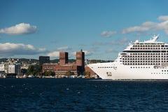 Bateau de croisière dans le fjord d'Oslo avec la ville hôtel Photos stock