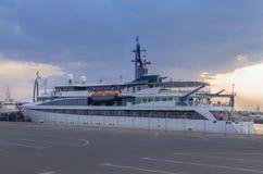 Bateau de croisière dans le port Photos libres de droits