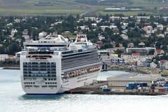 Bateau de croisière dans le port d'Akureyri (Islande) Photographie stock libre de droits
