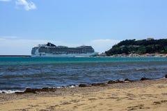 Bateau de croisière dans le port de Katakolonin Grèce Images stock
