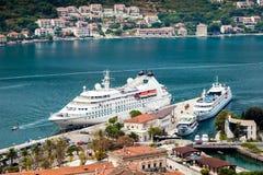 Bateau de croisière dans le port de Kotor, Monténégro photographie stock libre de droits