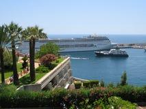 Bateau de croisière dans le port Hercule au Monaco image libre de droits