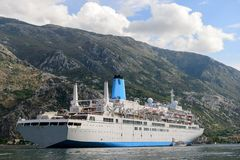 Bateau de croisière dans le port de Kotor montenegro images libres de droits