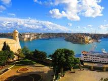 Bateau de croisière dans le port, La Valette, Malte image stock