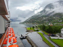 Bateau de croisière dans le port norvégien Image stock