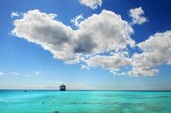 Bateau de croisière dans les eaux des Caraïbes Photographie stock