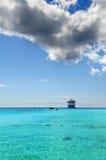 Bateau de croisière dans les eaux tropicales Photographie stock
