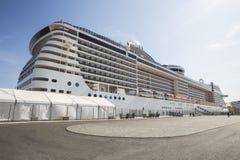 Bateau de croisière dans un port Photo libre de droits