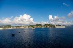 Bateau de croisière de bateau-citerne et dans l'eau bleue brillante Photos libres de droits