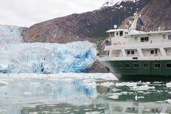 Bateau de croisière de l'Alaska près de glacier Photographie stock