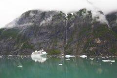Bateau de croisière de l'Alaska près de montagne avec des nuages Photo stock