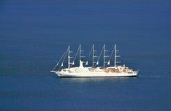 Bateau de croisière de navigation dans les eaux bleues des Caraïbe Photographie stock libre de droits