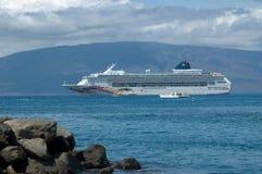 Bateau de croisière de Norweigen dans un port tropical Photographie stock libre de droits