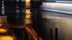 Bateau de croisière de observation de personnes quittant le port la nuit images stock