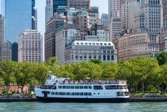 Bateau de croisière de touristes, Manhattan Photo libre de droits