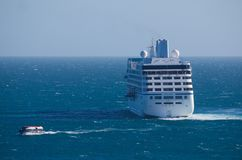 Bateau de croisière en mer avec l'offre photographie stock