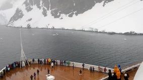 Bateau de croisière entrant dans la Manche de Lemaire, péninsule antarctique banque de vidéos