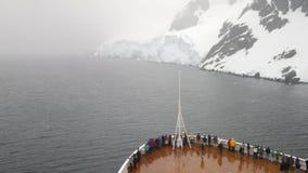 Bateau de croisière entrant dans la Manche de Lemaire, péninsule antarctique clips vidéos