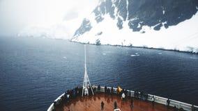 Bateau de croisi?re entrant dans la Manche de Lemaire, Antarctique clips vidéos