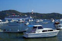 Bateau de croisière et bateaux de pêche Photo libre de droits