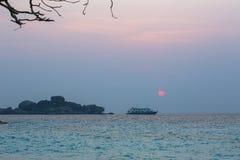 Bateau de croisière et le lever de soleil Photo stock