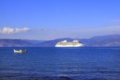Bateau de croisière et bateau de pêche dans le Golfe de n Argolic, Nafplio images libres de droits