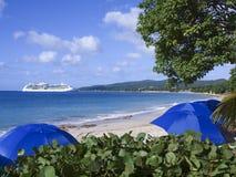 Bateau de croisière et plage tropicale Photographie stock libre de droits