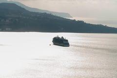Bateau de croisière de luxe naviguant loin à l'horizon dans la baie, Sorrente Italie image libre de droits