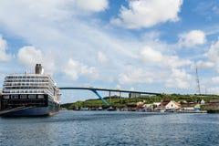 Bateau de croisière massif par le pont en le Curaçao Image libre de droits