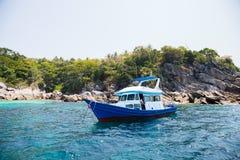 Bateau de croisière outre de l'île en mer d'Andaman photographie stock