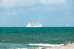 Bateau de croisière partant du port de Miami La ville est une destination tropicale célèbre pour des croisières photo libre de droits