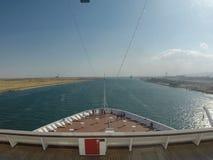 Bateau de croisière passant par le canal de Suez banque de vidéos
