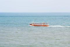 Bateau de croisière sur la mer outre de Busan images stock