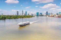 Bateau de croisière sur la rivière de Saigon images libres de droits