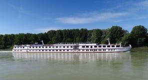Bateau de croisière sur le Danube entre Vienne et Bratislava en Autriche Image stock