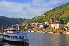 Bateau de croisière sur le fleuve de la Moselle images libres de droits