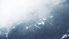 Bateau de croisi?re entrant dans la Manche de Lemaire, Antarctique banque de vidéos