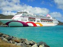 Bateau de croisière de village d'océan dans le port de Tortola dans les Antilles Photographie stock libre de droits