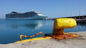 Bateau de Cruse dans le port de Katakolon Photos libres de droits