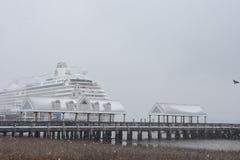 Bateau de Crystal Serenity accouplé dans une tempête de neige Images libres de droits